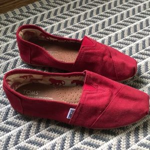 Women's red Tom's size 7.5